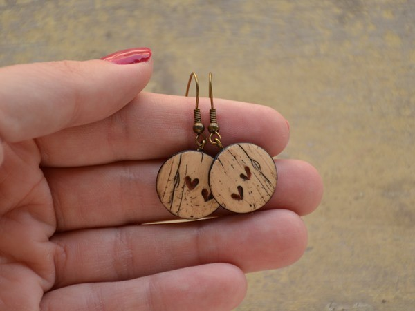 Mali viseči uhani Leseni srčki