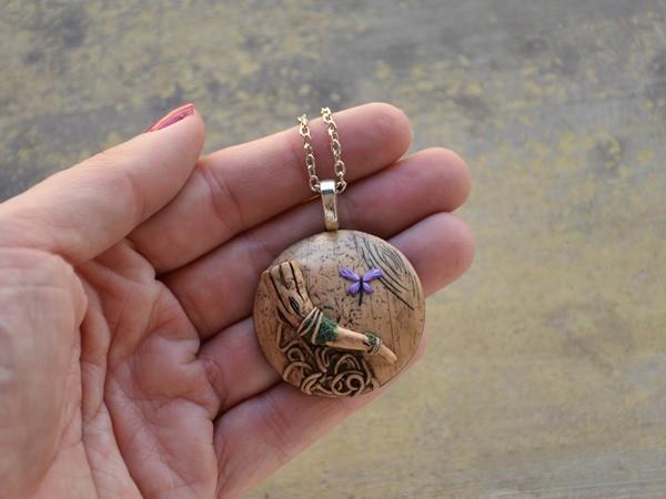 Medaljon na ogrlici z vejo