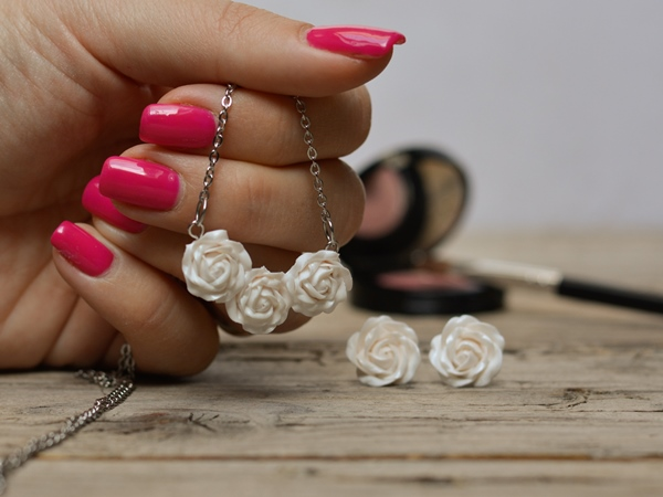 Ogrlica Šopek vrtnic - bel