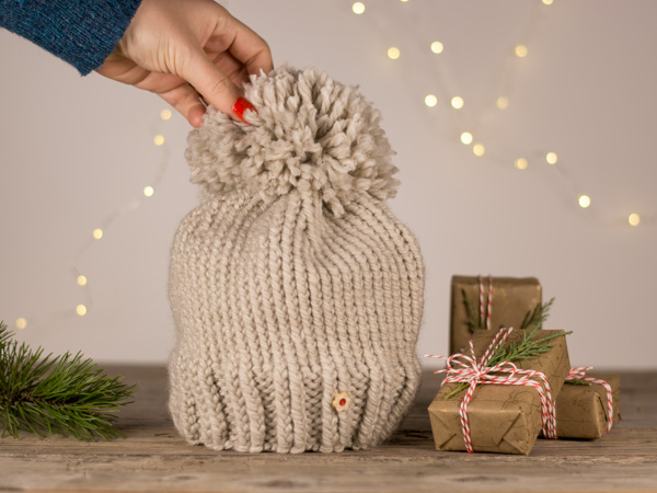 Pletena kapa z broško