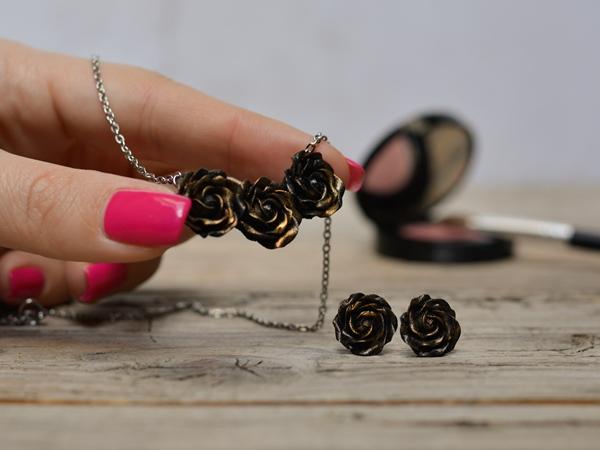 Ogrlica Šopek vrtnic - črn