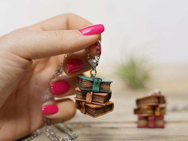 Obesek na ogrlici Knjige
